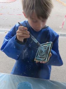 La tampon est enduit de peinture bleue