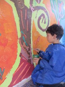 Peindre directement sur le mur de l'école