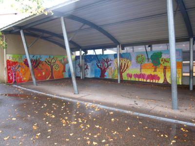 Une fresque peinte sous le préau de l'école maternelle