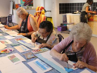 Les résidents de l'EHPAD en train de peindre