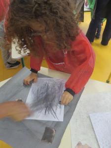 Les enfants frottent pour fabriquer différents gris