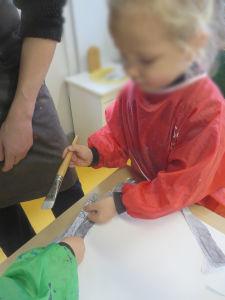 Les jeunes enfants utilisent de la colle à tapisser