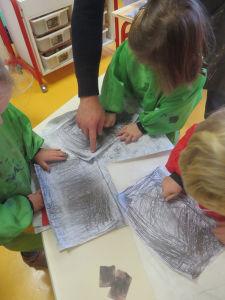 Les enfants réalisent un travail collectif