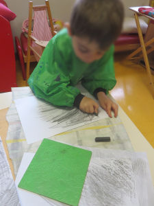 Atelier artistique à l'école maternelle
