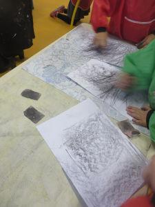 Les traits de crayon se mèlent avec les empreintes