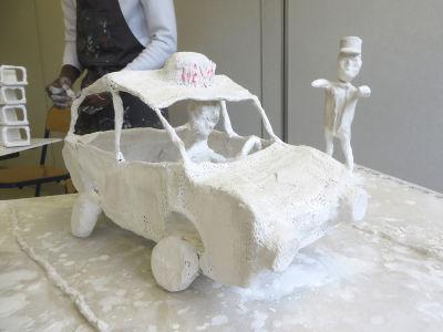 Modelage d'une voiture en bandes plâtrées