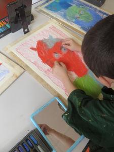 Enfant qui dessine avec des pastels