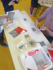 Atelier collage à la maternelle