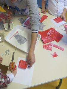 Découpage de papiers peints en rouge.