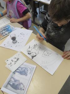 Atelier de dessin dans une classe de CP