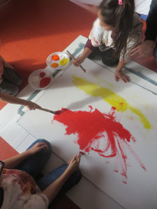 Trois enfants réalisent une oeuvre commune