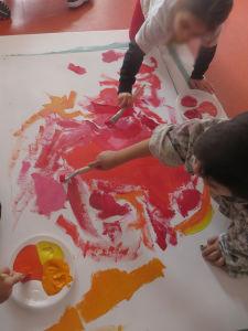 Les enfants collaborent pour peindre