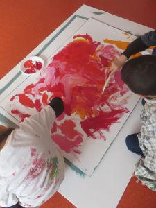 Les enfants mélangent les couleurs chaudes