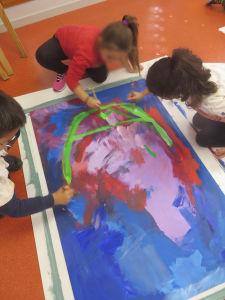 Les enfants dessinent les cheveux en vert