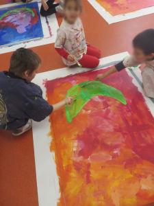 Les enfants peignent directement au sol