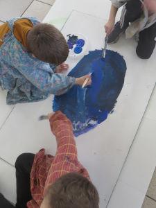 Les enfants peignent le fond coloré