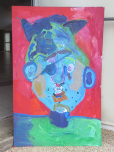 Portrait bleu sur fond rouge
