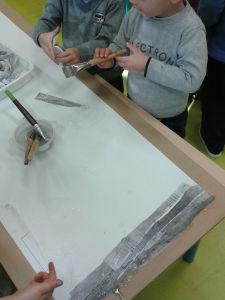 Coller des bandes de papier grisé