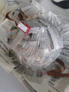 Papier mâché et objets de récupération