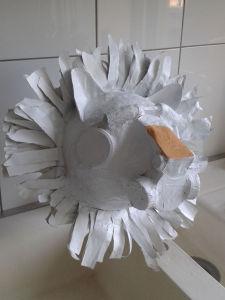 Masque de lion peint en blanc