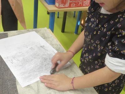 Frotter la mine graphite sur la feuille de papier de récupération