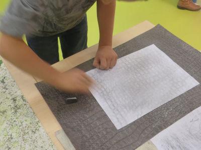 Relever les empreintes du papier texturé