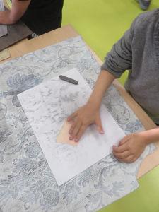 Utiliser du papier peint texturé pour créer des empreintes