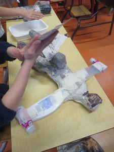 Figurine en objets recyclés et papier mâché