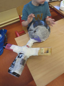 IMG_6458Un enfant fabrique son personnage avec du papier mâché