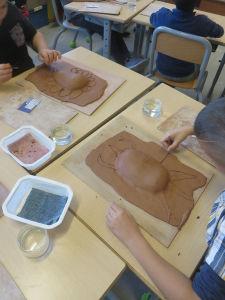 Les enfants font du modelage en classe