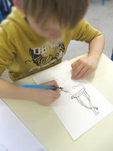 Cours de dessin à l'école primaire