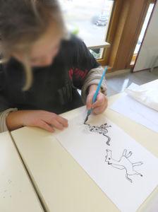 Fillette qui dessine une panthère