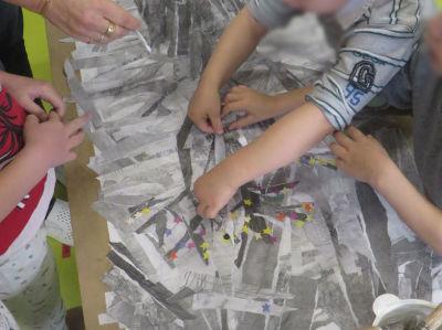 Le petit garçon fabrique un arbre en papier
