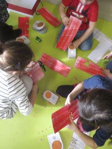 Les enfants découpent des fleurs de papier