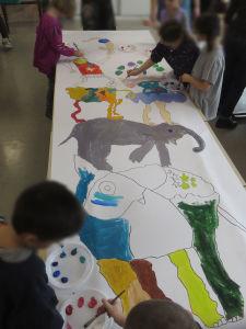 Séance de peinture à l'école
