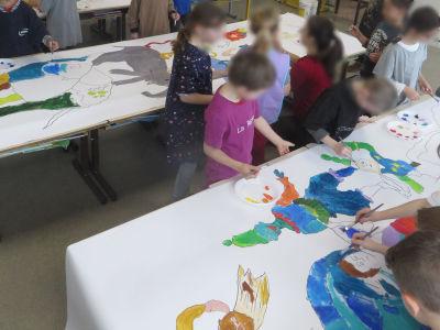 Toute la classe peint les 3 bâches