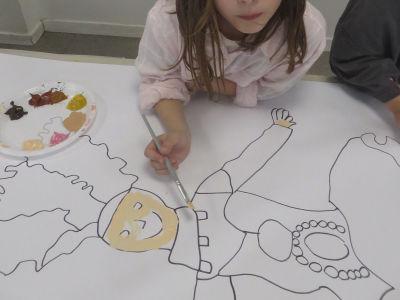 Une fillette peint l'ecuyère
