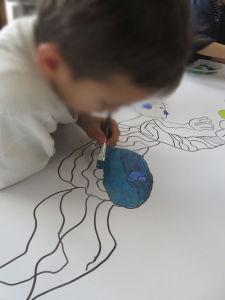 Les enfants s'appliquent à peindre le décor de leur spectacle
