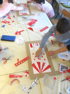 Découpage et collage de papiers rouges