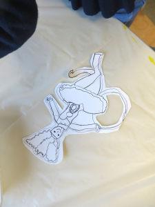 Découper les dessins en laisant un liseré blanc