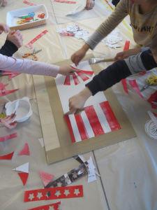 Les enfants réalisent des oeuvres collectives