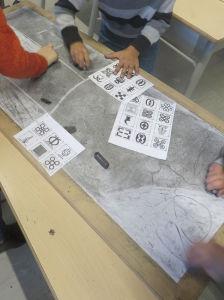Les enfants dessinent avec une gomme