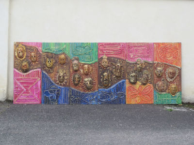 Bas-relief peint