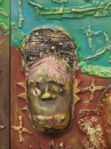 Détail du bas-relief en bois et céramique