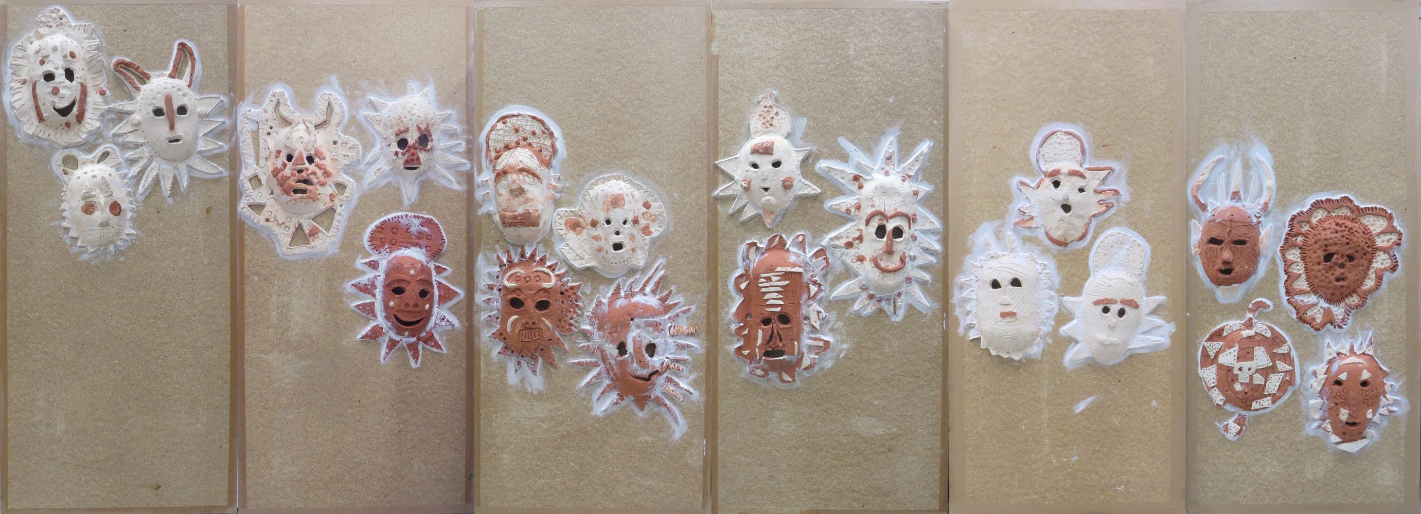 Collage des masques en céramique sur les panneaux en bois
