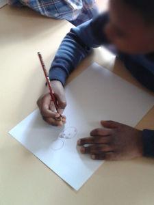 Enfant qui dessine son personnage