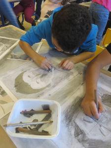 Jeune garçon qui dessine un autoportrait