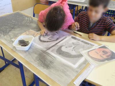 Les enfants dessinent en classe