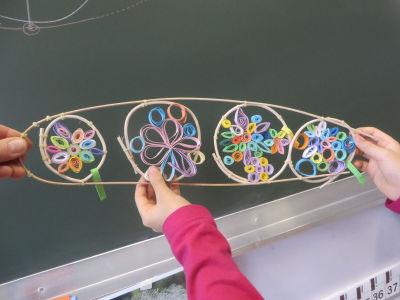 Réunir les anneaux avec un fil de rotin
