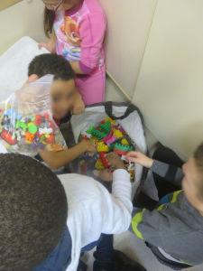 Les enfants choisissent des objets